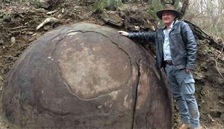 Gran piedra misteriosa forma redonda